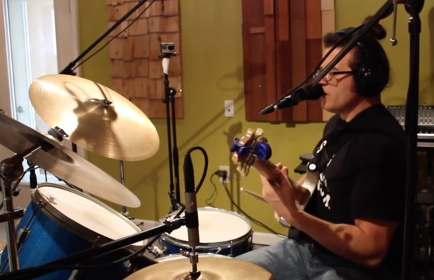 "Watch This Guy Covering RUSH's ""Tom Sawyer"" on Guitar, Drums & Vocalls at Once"